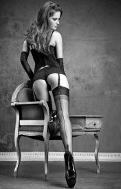 donna che mostra calze e si volta