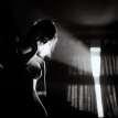 Donna in bianco e nero controluce tette e fianchi